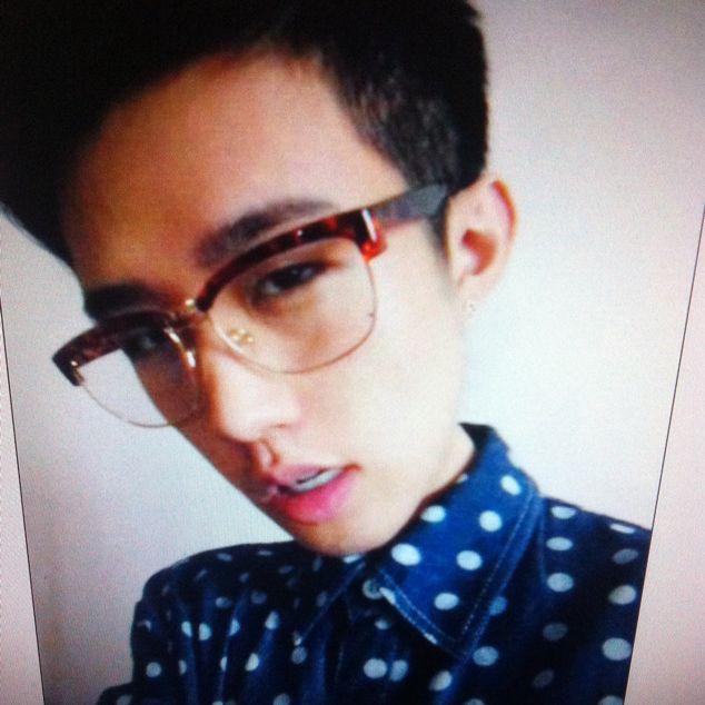 小男孩可爱帅萌图片带眼镜框